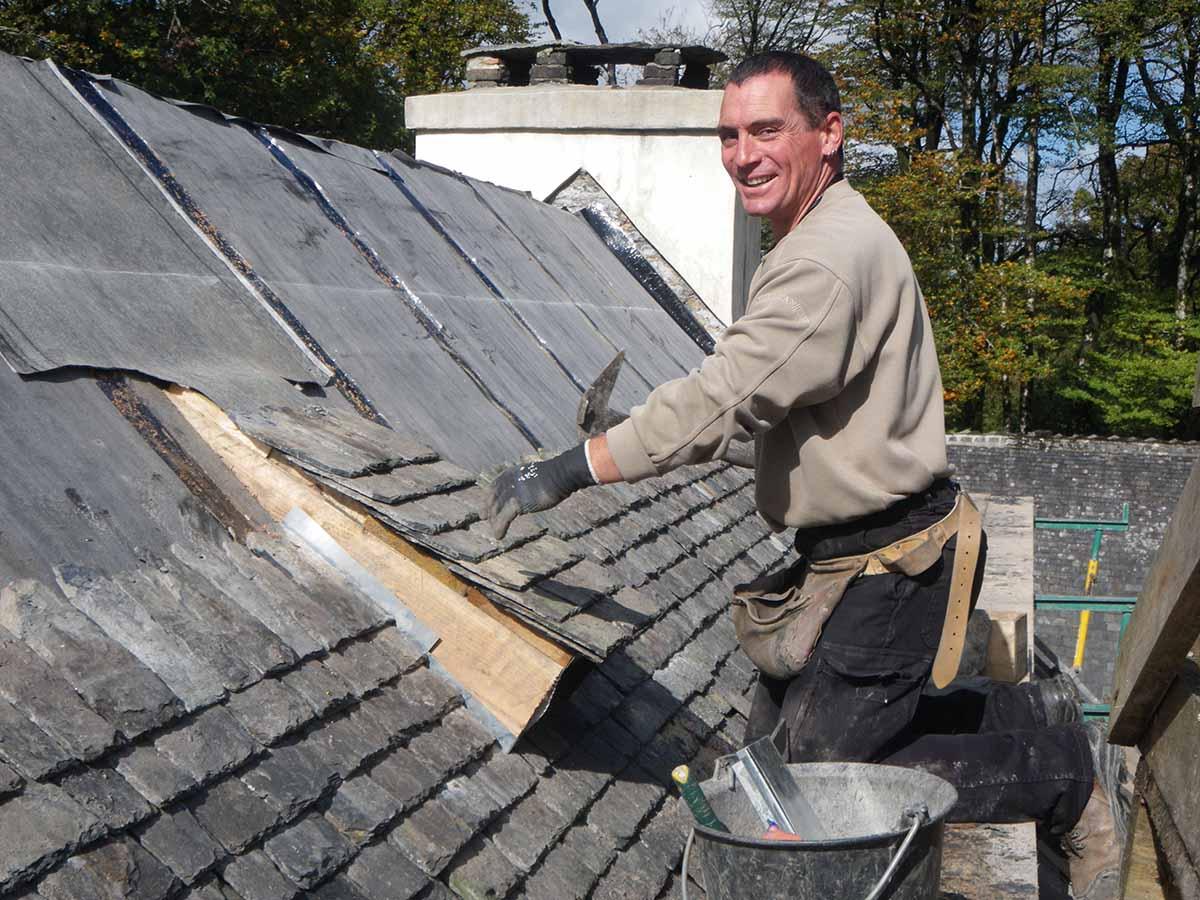 Pose des chiroptières sur les toitures de Menez Meur par l'entreprise Creignou
